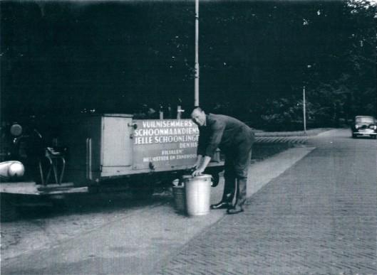 Het schoonmaken van de afvalemmers geschiedde door Jelle Schoonlingen uit Den Haag met filialen in Heemstede en Zandvoort
