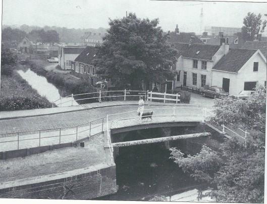 De witte brug over de Zandvaart in 1968. Langs de brug liep een transportgasleiding.