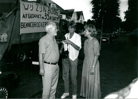 Kortstondige boosheid bij de reinigingsdienst in 1995 nadat Bennebroek na 35 jaar geen gebruik meer maakte van de Heemsteedse dienst. Geïnterviwd door radio de Brandings links het afdelingshoofd en rechts wethouder Loes de Zwart