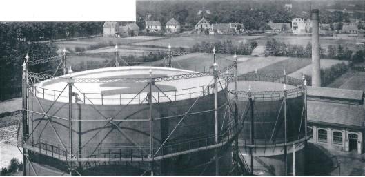 Overzicht van gasfabriek vanaf de watertoren. Verderop zien achterzijde huizen van Camplaan en Raadhuisstraat, 1917