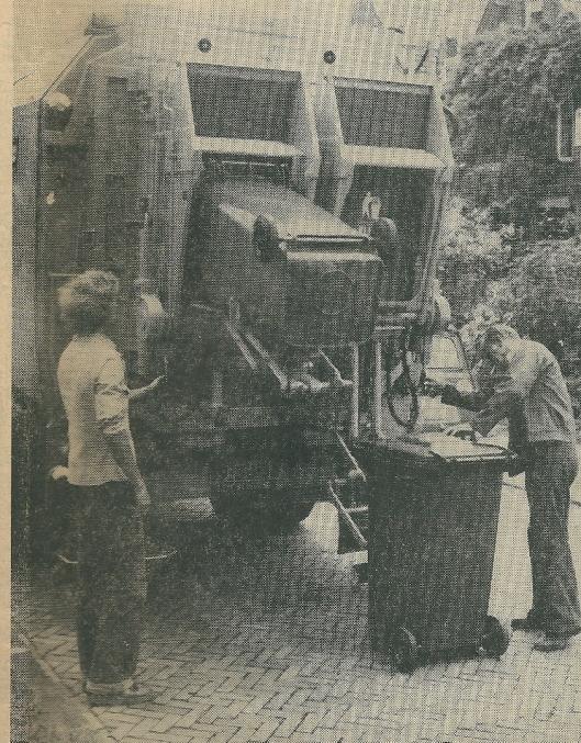 Na een succesvol verlopen experiment in 1979 en een publieksenquête (met 72% voor- en 10% tegenstanders) zijn het jaar daarop minicontainers ofwel rolemmers - met een inhoud van 120 of 240 liter - geïntroduceerd. Hier op een foto uit het Haarlems Dagblad van 15 augustus 1980.