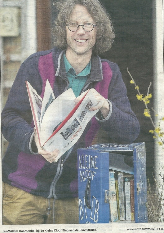 Voor zover bekend is Jan-Willem Doornenbal met zijn 'Kleine Kloof Bieb' in de Clovisstraat de eerste in Haarlem die is gestart met een minibieb. Uit: Haarlems Dagblad van 14 februari 2014.