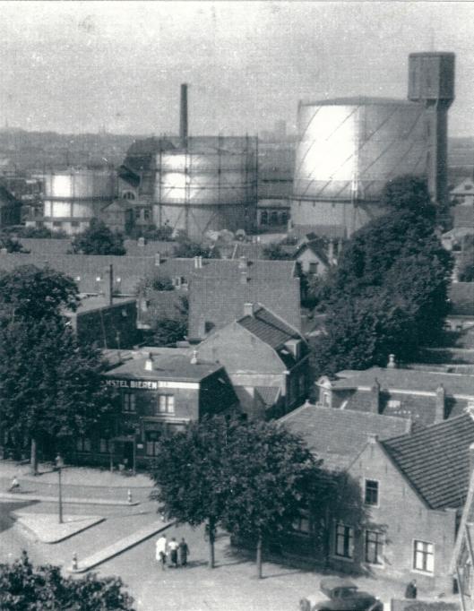 Wilhelminaplein omstreeks 1934 vanaf de kerktoren. Vooraan caf◙ Het Wapen van de Haarlemmermeer. Verderop de drie gashouders van de gasfabriek en de watertoren. Foto uit omstreeks 1934.