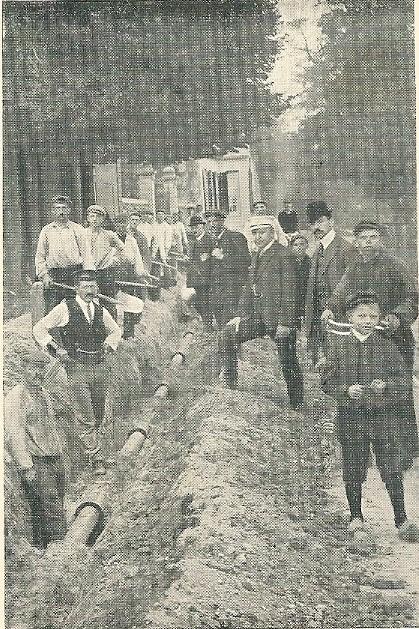 Het leggen van buizen op de Glipperweg richting Bennebroek in 1908/1909