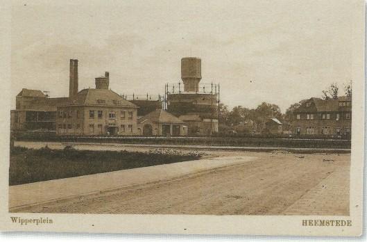 Ansichtkaart uit omstreeks 1930 met Wipperplein en links het uit 1925 daterende gebouw van Openbare Werken, rechts daarvan de brandweerkazerne. Daarachter de gashouders en watertoren.