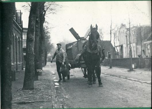 Jan van der Hulst, bijgenaamd 'de zingende vuilnisman' was voor WOII met zijn harde stem en luid beelende wagen een begrip in Heemstede. Hier is omstreeks 1925 op de Binnenweg gefotografeerd ter hoogte van de Iepenlaan. In het huis rechts is later het Minerva Theater gebouwd.