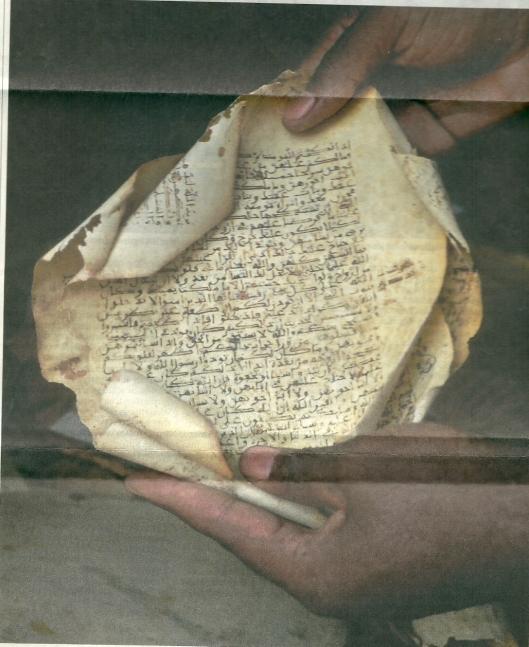 Koranpagina uit de Ahmed-Baba-Bibliotheek in de 13 eeuw op gazellenleer geschreven. Foto uit Zwitserse 'Tages-Anzeiger'van 31 januari 2013, waarin de Malinese auteur en wetenschapper Mohhomodou Houssaba zegt dat de ten dele verwoestye bibliotheek Ahmed Baba de schatkamer van de Sahel-cultuur is geweest.