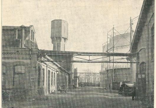 Het fabrieksterrein van de gasfabriek Heemstede met op de achtergrond de watertoren.