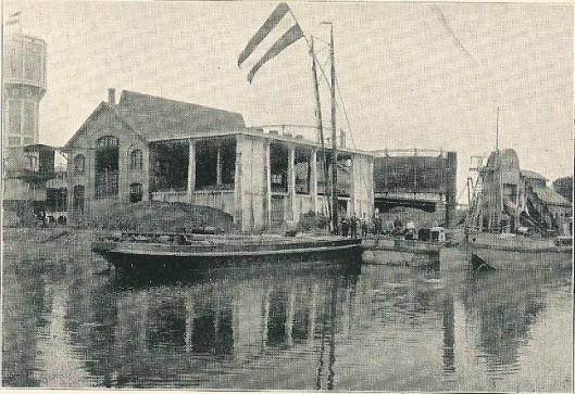 De verbinding van de gasfabriek in 1916 na aanleg van het Heemsteeds Kanaal, verbonden met het Spaarne. De haven zou in 1922 tot stand komen.