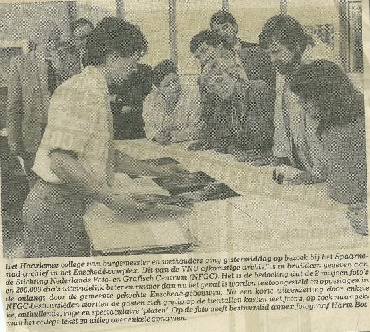Met Harm Botman foto's bekijken. Uit: Haarlems Dagblad van 27 mei 1987.