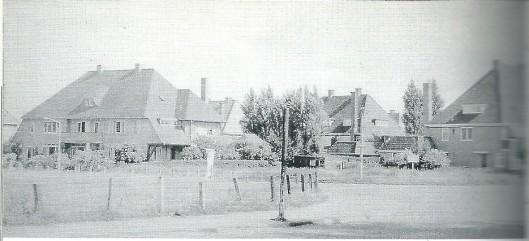 Links de drie villa's aan de Laan van Boreel nrs. 8, 10 en 12 naar ontwerp van J.A.van Asdonk. Rechts de drie villa's aan de Van Valckenburghlaan nrs. 5, 7 en 9 door H.Tuninga.
