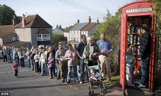 Wachtenden in de rij voor de ruilbibliotheek van Somerset