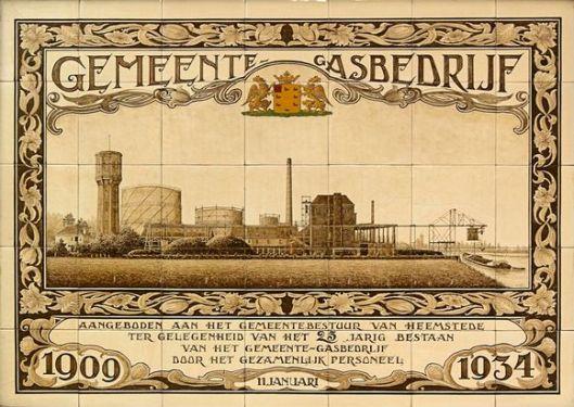 Tegeltableau 1909-1945 bij gelegenheid van het 25-jarig jubileum aan het gemeentebestuur aangeboden door het gezamenlijk personeel der bedrijven.