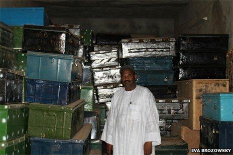 Dr.Haidara die met hulp van het Nederlandse Prins Claus Fonds een groot aantal manucripten in kisten kon redden