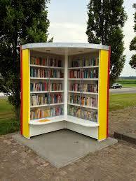 Boekenzijde van minibibliotheek in de vorm van een open boek, Tollebeek