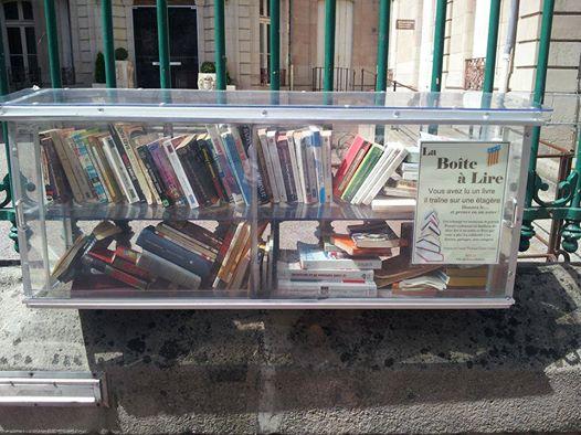 Vrije bibliotheek in glazen kist in Vaison-la-Romaine, Frankrijk