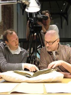 Nico Vriend (links) geeft in het Noord-Hollands Archief uitleg aan Arjan Ederveen (foto N.H.Archief)