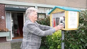 In Wassenaar beheert mevrouw Wil Borsboom de kleinste bibliotheek (foto Anton Overklift)