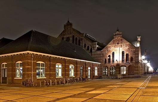 De Westergasfabriek was na 1883 Nederlands grootste steenkolengasfabriek die Amsterdam van gas voorzag van verlichting straten en gebouwen. Het gerenoveerde complex heeft nu een functie als creatief, cultureel en recreatief centrum. (foto Nickbowi)