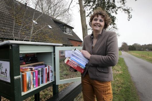 De eerste mini-bibliotheek van Friesland is geïntroduceerd door Katja de Bruin in Wijnjewoude
