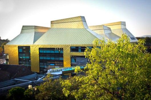 De stad Worchester in de West Midlands, 27 kilometer ten zuidwesten van Birmingham en met ruim 93.000 inwoners beschikt sinds 2012 over een modern en prachtig bibliotheekgebouw, waarin zowel de universiteitsbibliotheek als openbare bibliotheek zijn gehuisvest.