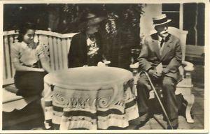 De ex-keizer op theevisite bij mw. Catalina von Pannwitz en haar dochter Ursula