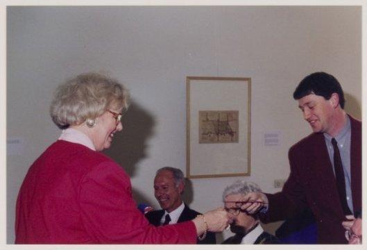 Bij de presentatie van een door P.J.Bussen samengestelde archiefinventaris van Heemstede over de periode 1920-1929 bedankt burgemeester N.H.van den Broek-Laman Trip, 2 maart 1997. Vooraan links zit archiefmedewerker R.H.A.van Bruggen, die een gemeentelijke archiefinventaris 1930-1990 samenstelde. Rechts vooraan is nog net het hoofd van de heer H.Smit zichtbaar, schrijver van het boek 'Geschiedenis en verklaring van de straatnamen in Heemstede' (1985)