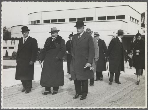 Wilhelm II op het tentoonstellingsterrein van de Flora 1935 met links de heer A.C,van der Schoot en achter hen mw. Catalina von Pannwitz