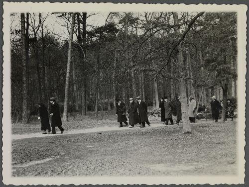 De keizer wandelend in Groenendaal met o.a. Catalina von Pannwitz-Roth (fotocollectie Huis Doorn)