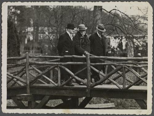 Wilhelm werd op de Flora in Groenendaal rondgeleid door bloembollenkweker A.C.van der Schoot Jr.