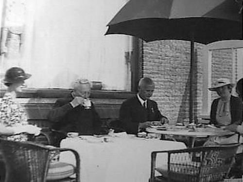 Ex-keizer Wilhelm Ii op landgoed de Hartekamp. V.l.n.r. mw. Von Pannwitz. Wilhelm II, baron van der Heydt en prinses Hermine (foto Elsevier, 2 augustus 1935)