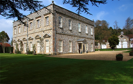 Little Durnford Manor House in Wiltshire is eind 17e eeuw gebouwd en residentie van de 9e graaf van Chichester