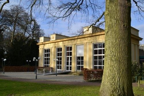 De historische orangerie van de Hartekamp die voor allerlei activiteiten wordt gebruikt en - evenals het hoofdgebouw - intussen in oorspronkelijke okergele kleur is geverfd.