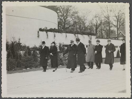 Wilhelm en gevolg passeren een van de paviljoens op de Flora 1935 (fotocollectie huis Doorn)