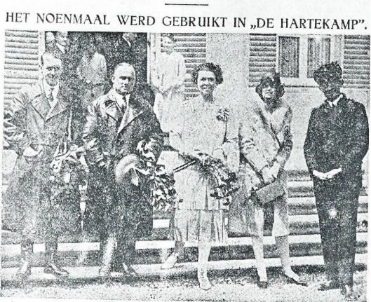 De Duitse oceaanvliegers werden ontvangen door mevrouw Von Pannwitz en haar dochter. Van links naar rechts: Fitzmaurice, Kohl, mw. C. von Pannwitz, dochter Ursula en Von Hühnefeld