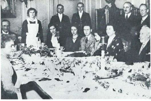 Van de ex-keizer is bekend dat hij 103 maal de Hartekamp bezocht. Iedere 25ste keer werd groots gevierd met een ereboog en diner. Links zit mw. Von Pannwitz tegenover Wilhelm en diens echtgenote.