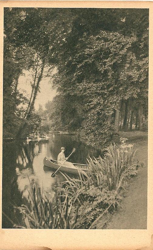 Een jonge Ursula von Pannwitz peddelend op de vijver van de Hartekamp [uit ansichtkaartenserie: De Hartekamp; die Kunstsammlung von Pannwitz]