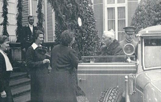Verwelkoming van de keizer op de Hartekamp door mevrouw Von Pannwitz en dochter Ursula