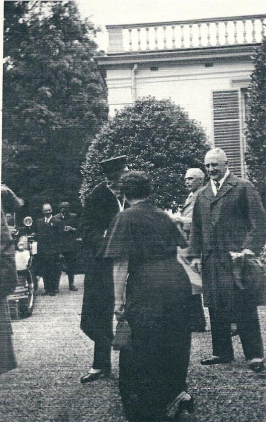 Mevrouw Von Pannwitz (op de rug gezien) en Wilhelm II aan de voorzijde van de Hartekamp. Rechts kijkt haar secretaris toe.