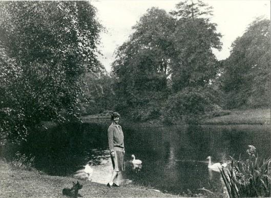Ursula von Pannwitz bij de bosvijver op de Hartekamp
