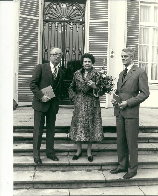 Gravin Ursula Chister-von Pannwitz tijdens de presentatie van een boek over de Hartekamp in 1982, geflankeerd door links burgemeester Van den Bosch (Heemstede) en rechts burgemeester De Wit (Bennebroek)