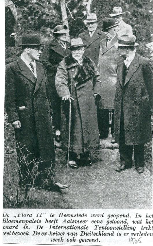 Uit: De Prins, 1935. Links de heer Van der Schoot en achter hem n de keizer mw. Catalina von Pannwitz-Roth