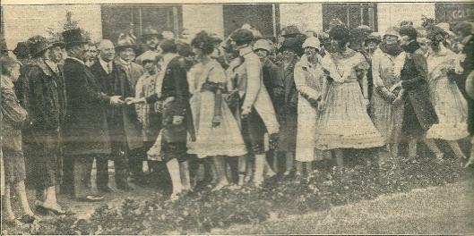 Een tuinfeest in juni 1926 ten behoeve van het steuncomité voor Intellectueel Centraal Europa. Z.K.H. prions Hendrik (met hoge hoed) begroet de deelnemende personen.
