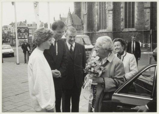 Prinses Juliana wordt in september 1988 begroet nabij het Concertgebouw in Haarlem als eregast op het congres 'Misverstanden over medemensen, georganiseerd bij gelegenheid van het 35-jarig bestaan van instituut de Hartekmap. Tweede van links toenmalig directeur van de Hartekamp en Harteheem drs. Ton Krol