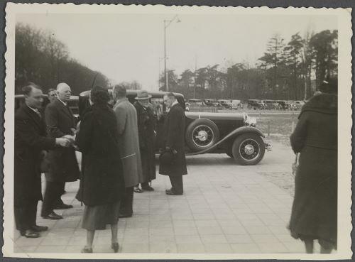 De keizer en zijn gevolg nemen afscheid op Groenendaal. Rechts van de keizer (met hoed) staat de heer A.C.van der Schoot.
