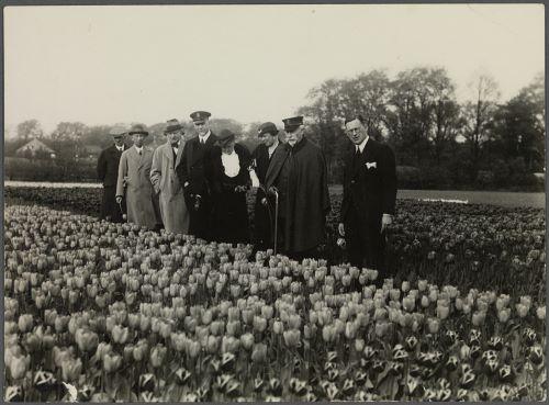 Wilhelm II op bezoek bij de kewekerij van A.C.can der Schoot jr. in Hillegom. Achter de bloembollenkweker, de ex-leizer, Catalina von Pannwitz, prinses Hermine en majoor M.C. van Houten. (foto Huis Doorn).