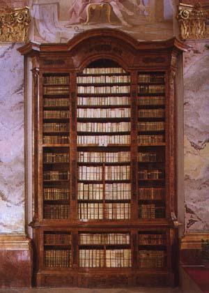 De boekenkasten in de bibliotheek van Altenburg zijn in 1741 uit notenhout vervaardigd