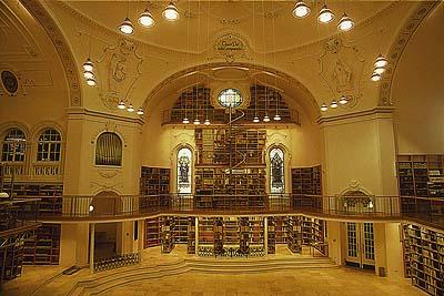 Koepelzaal in westelijk deel van de Vorarlberger Landesbibliotheek waar de bestanden zijn opgeslagen van de Bregenzer Capucijnerbibliotheek