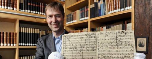 Musicoloog dr. Wolfram Ennsin toont in 2012 zijn vondst in de abdijbibliotheek van Gotha