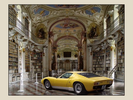 Een Lamborghini tentoongesteld in de pronkzaalbibliotheek van Admont